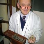 Dott. Clementi con antico elettrostimolatore