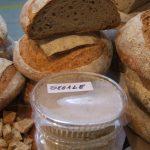 In primo piano, il recipiente contenente la pasta madre da farina di segale
