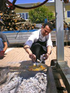 Fabrizio Mantovani termina la cottura delle verdure
