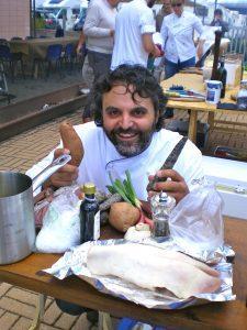 Marco Stabile mostra alcuni ingredienti del suo piatto