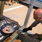 Paolo Parisi cuoce sulla brace delle salsicce