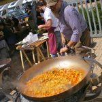 Paolo Parisi cuoce sulla brace la pasta con il suo Pentolo