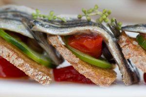 sardine fresce, pomodori rossi e verdi, olive di Sasu Laukkonen