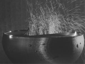 L'aerosol, composto da miriadi di goccioline veramente minuscole prodotte dal collasso delle bolle, visto attraverso la tecnica di tomografia laser. Le traiettorie delle goccioline, durante un secondo di esposizione, sono materializzate dalle linee continue.