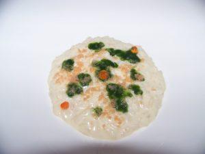 Risotto con ricotta affumicata, granita e uova di salmone, crema di cime di rapa