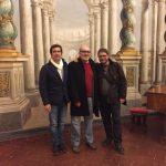 L'autore (al centro) con gli amici e fidi scudieri Claudio Corrieri e Lorenzo Coli