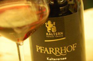 pfarrhof-kaltersee-kellerei-kaltern-2015-bicchiere-695x462