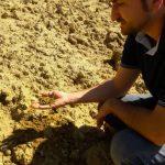 Massimiliano mostra la terra sabbiosa