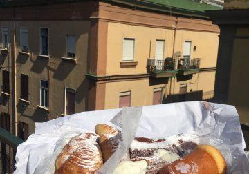 On the road again/1. Mozzarelle di bufala e sfogliatelle calde, su una terrazza di Napoli